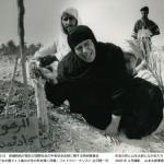 パスラの子どもの墓で13歳の少年の死を嘆く母親